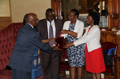 Gift exchange between Alderman Davis and Governor Ruto.
