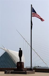 Lincoln Memorial Statue on the Milwaukee lakefront, with a view of the Art Museum Calatrava behind it